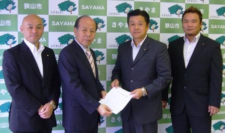 ※写真左から、内藤議員・仲川市長・栗原議員・土方隆司